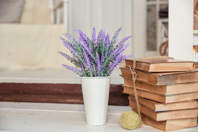 Затрапезный шикарный стиль украшение с винтажными книгами и лавандой Затрапезное шикарное оформление интерьера для сельского дома стоковое изображение rf