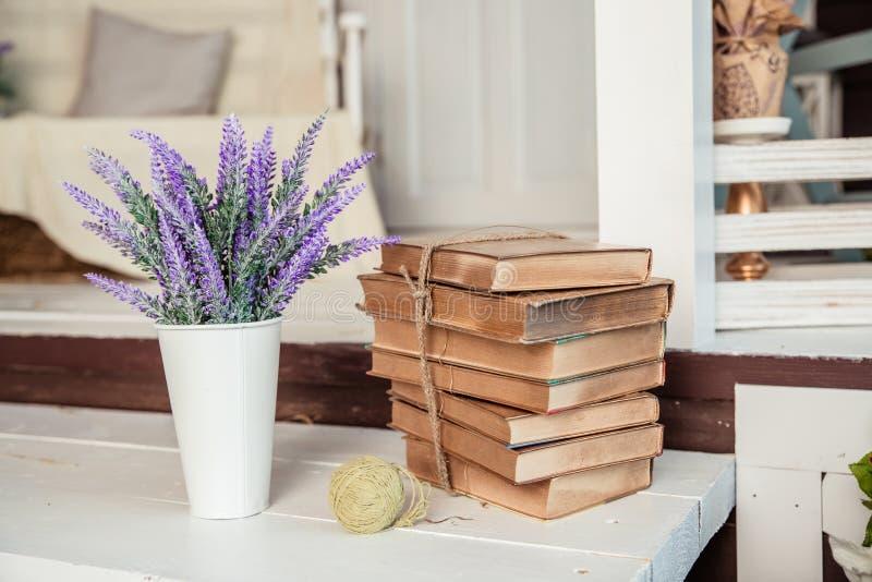 Затрапезный шикарный стиль украшение с винтажными книгами и лавандой Затрапезное шикарное оформление интерьера для сельского дома стоковые изображения