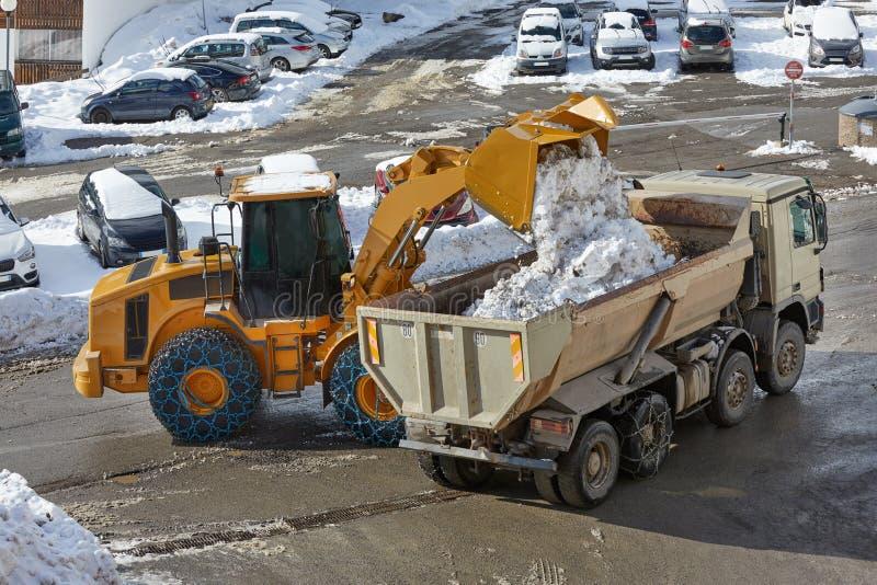 Затяжелитель дороги зимы извлекая снег стоковая фотография rf