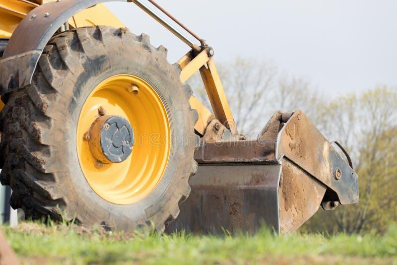 Затяжелитель колеса во время работ земли кося стоковое изображение