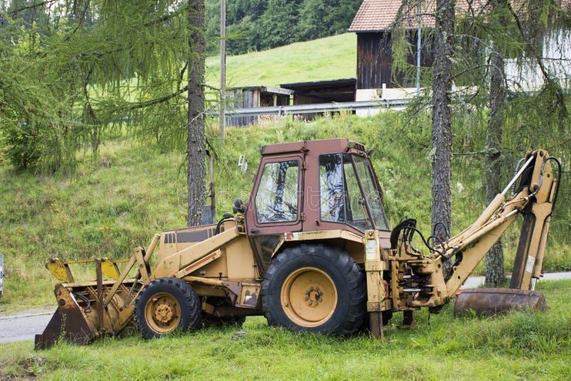 Затяжелитель экскаватора или машинное оборудование backhoe во время earthmoving работают на внешнем стоковые изображения