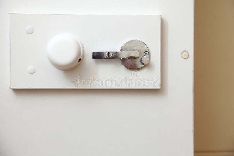 Зафиксируйте на двери ванной комнаты стоковое фото rf