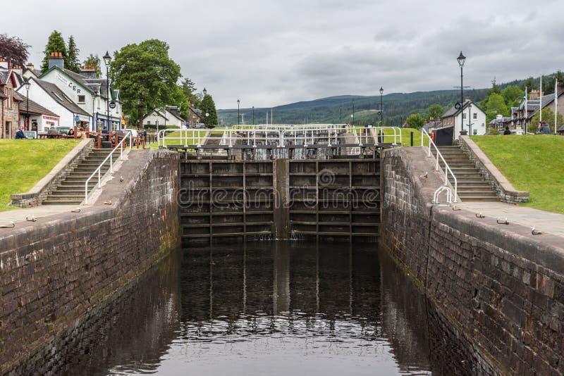 Зафиксируйте на канале реки Oich, форте Augustus Шотландии стоковые изображения