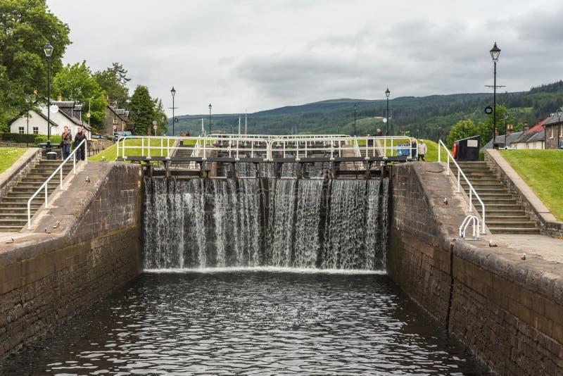 Зафиксируйте на канале реки Oich, форте Augustus Шотландии стоковые фото