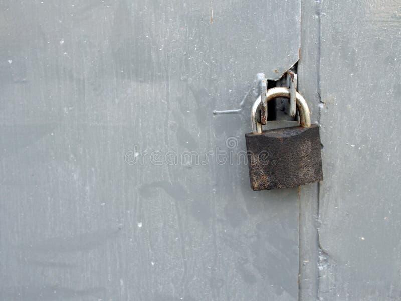 Зафиксируйте на пакостной двери металла стоковое изображение