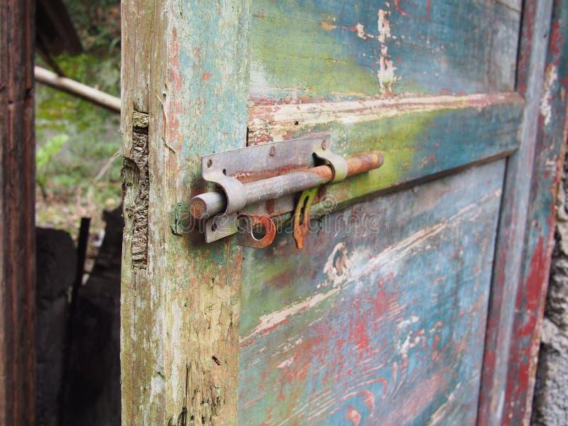 Зафиксируйте на старой двери стоковое фото