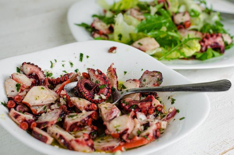 Захватчик морепродуктов Процесс приготовления салата Octopus Средиземноморская деликатность Выборочная фокусировка, закрытие стоковые изображения rf