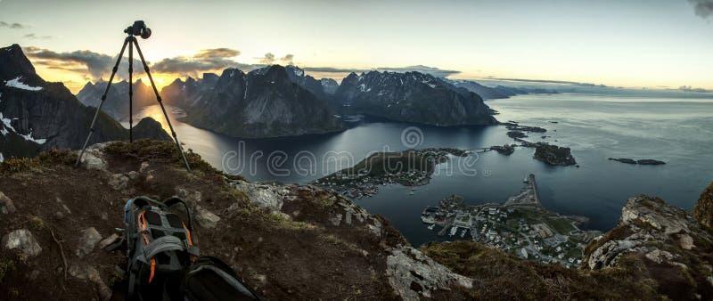 Захватывать момент: Заход солнца над Reine, островами Lofoten стоковые фото