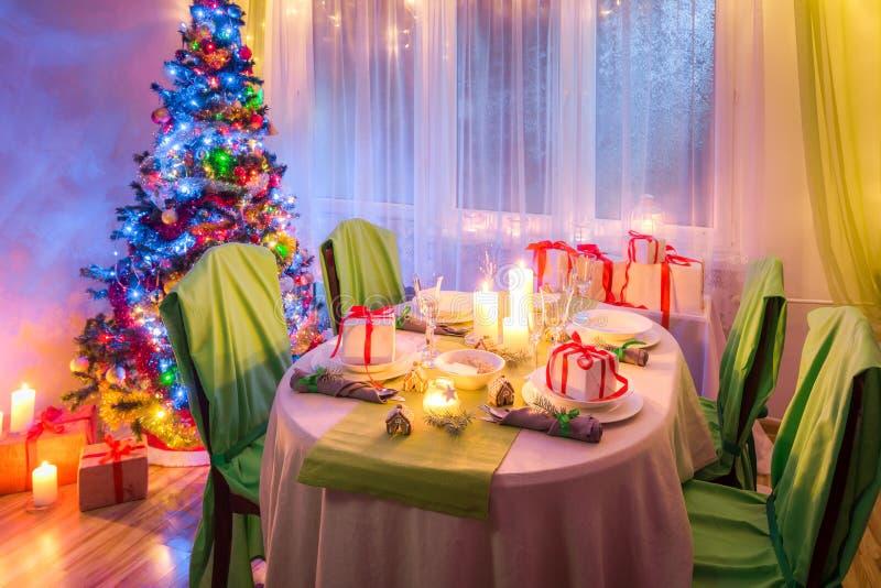 Захватывающая сервировка стола рождества во время морозного вечера зимы стоковое изображение rf