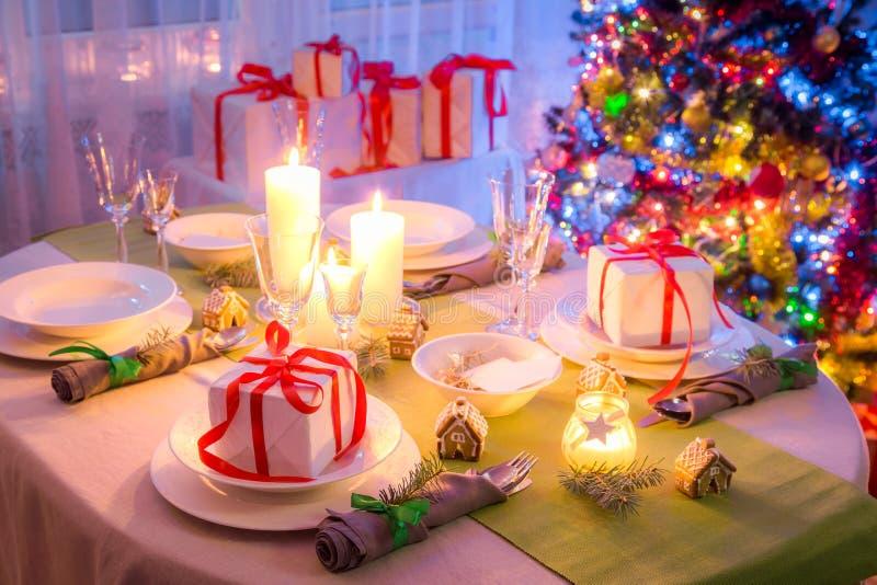 Захватывающая сервировка стола рождества с зеленым и белым украшением стоковое фото rf