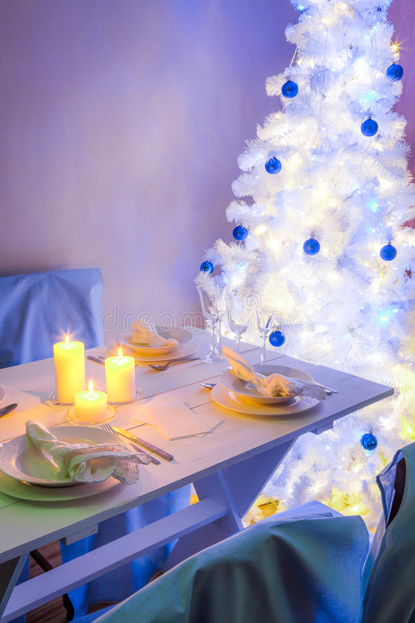 Захватывающая сервировка стола рождества в голубом и белом стоковая фотография