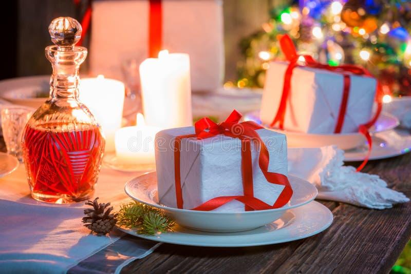 Захватывающая сервировка стола рождества на Рожденственская ночь стоковая фотография rf