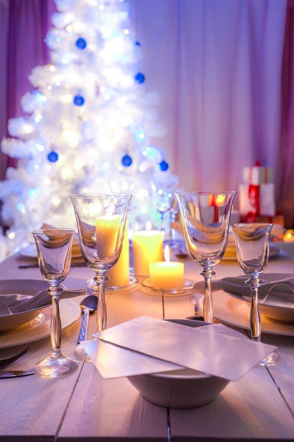 Захватывающая сервировка стола рождества с голубым и белым украшением стоковая фотография