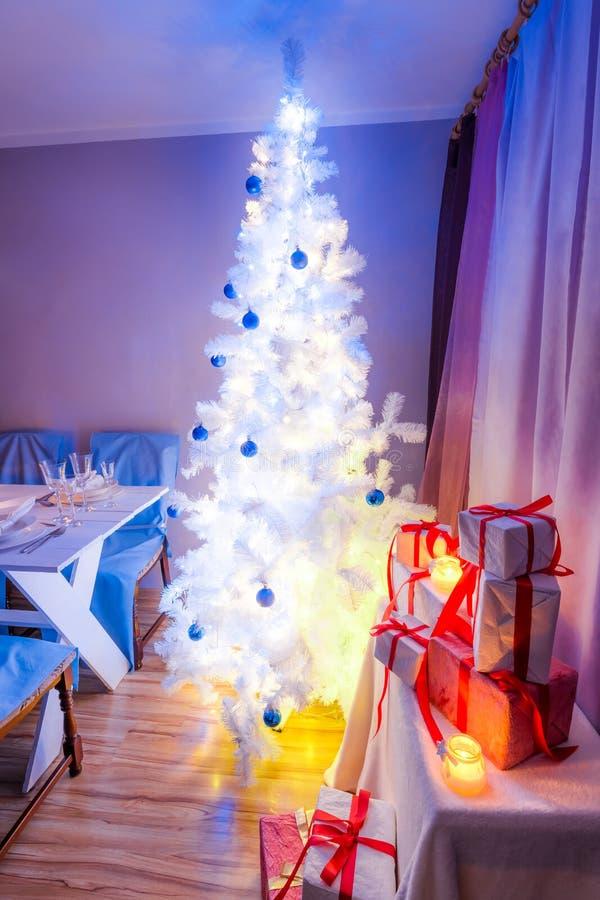 Захватывающая сервировка стола рождества с рождественской елкой стоковые фотографии rf