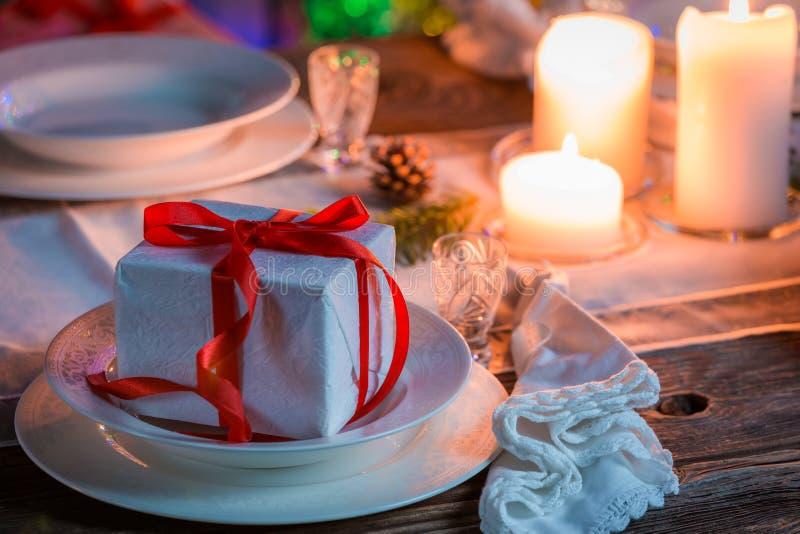 Захватывающая сервировка стола рождества с рождественской елкой стоковое фото