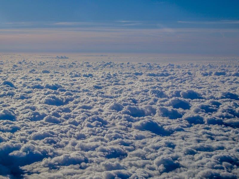 Захватывающее изображение облаков увиденных от самолета стоковое изображение