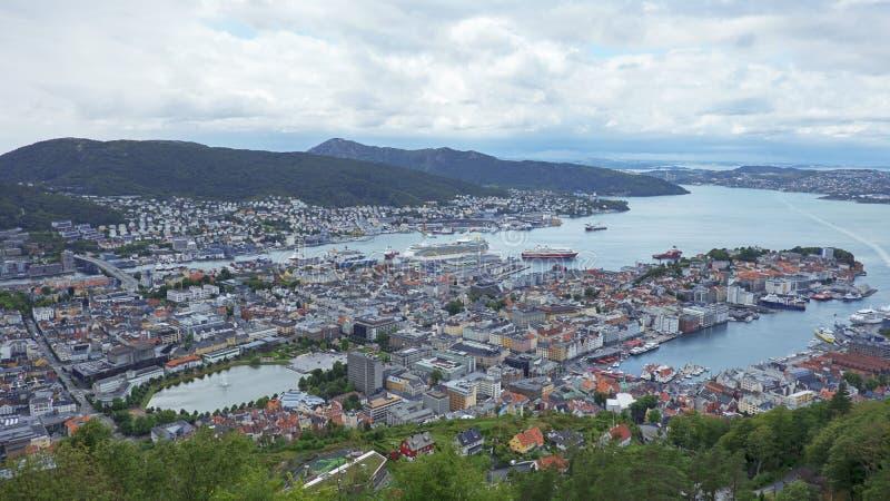 Захватывающие виды города и фьордов от горы Floyen, Бергена, Норвегии стоковые изображения rf