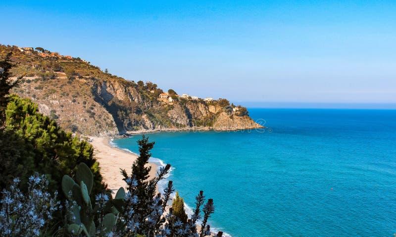 Захватывающий вид залива Caminia Калабрия, Италия стоковые изображения