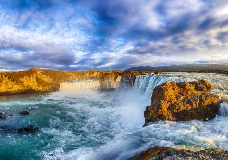 захватывающий пейзаж заката сцена мощного водопада богафосса стоковая фотография