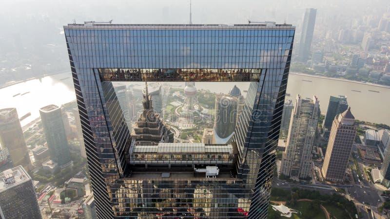 Захват Шанхая и башни жемчуга через консервооткрыватель Шанхая стоковое фото rf