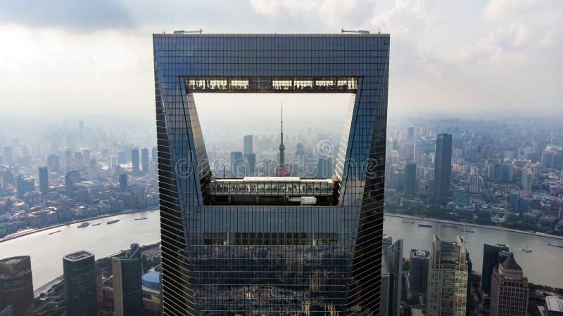 Захват Шанхая и башни жемчуга через консервооткрыватель Шанхая стоковые изображения
