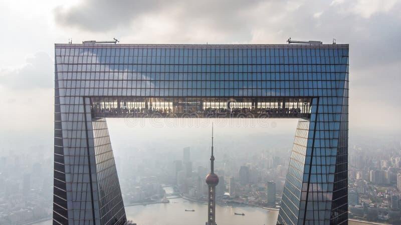 Захват Шанхая и башни жемчуга через консервооткрыватель Шанхая стоковые фотографии rf