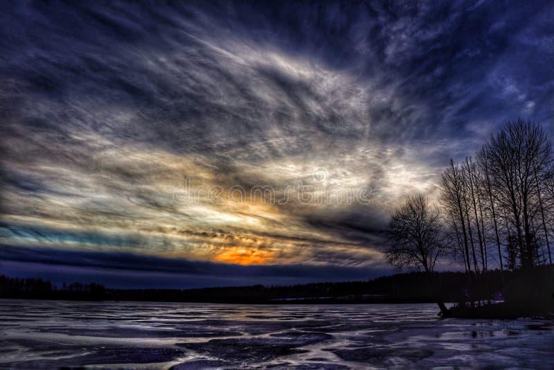 Захода солнца неба облаков цветов деревьев природы красивый зим лед озера Outdoors стоковая фотография