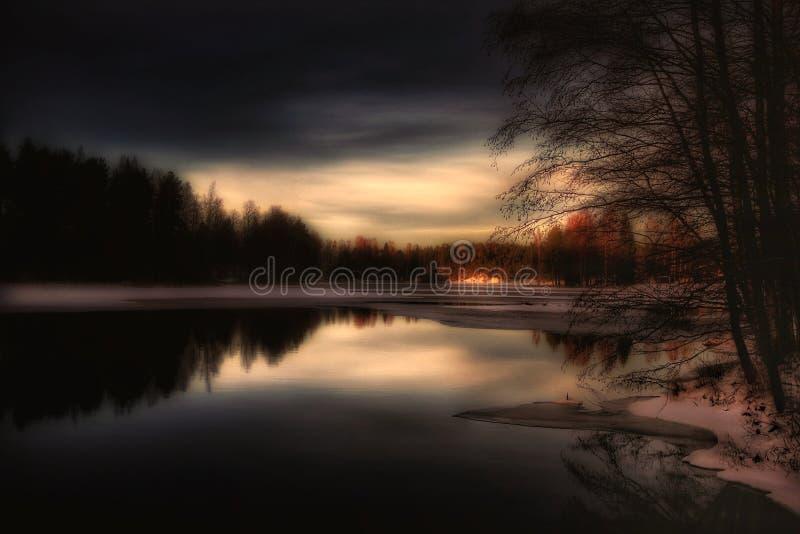 Захода солнца неба облаков цветов деревьев природы красивый зим лед озера Outdoors стоковое изображение