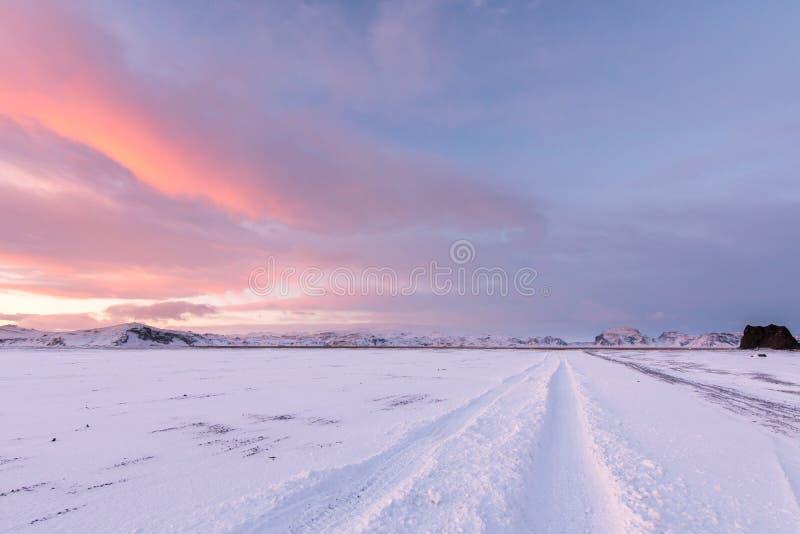 Заходы солнца и reflets с облаков создавая очень яркое облако стоковые изображения