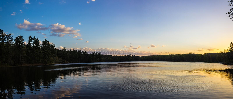 Заходы солнца на озере в парке Intersate стоковые изображения