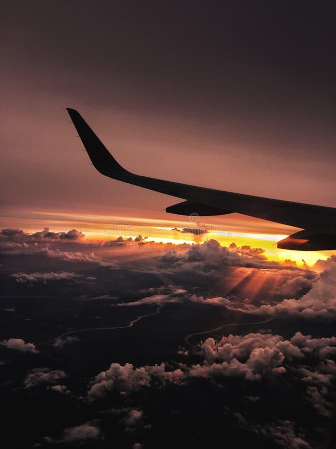 Заходы солнца самолета стоковое фото