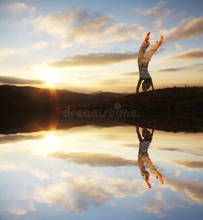 заход солнца акробата стоковые изображения rf