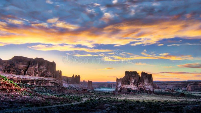 Заход солнца Аризоны долины памятника пасмурный стоковые изображения
