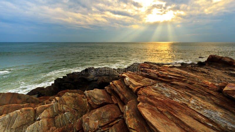 заход солнца береговой породы стоковая фотография rf