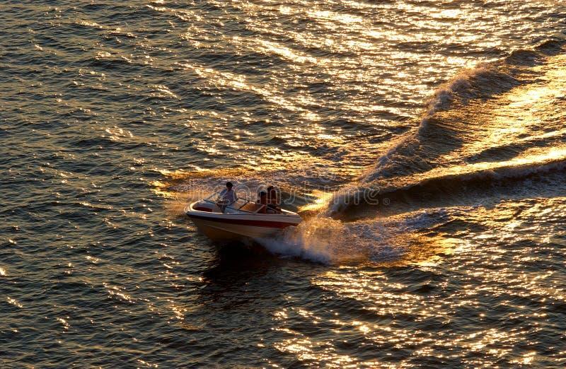 заход солнца быстроходного катера стоковое изображение rf