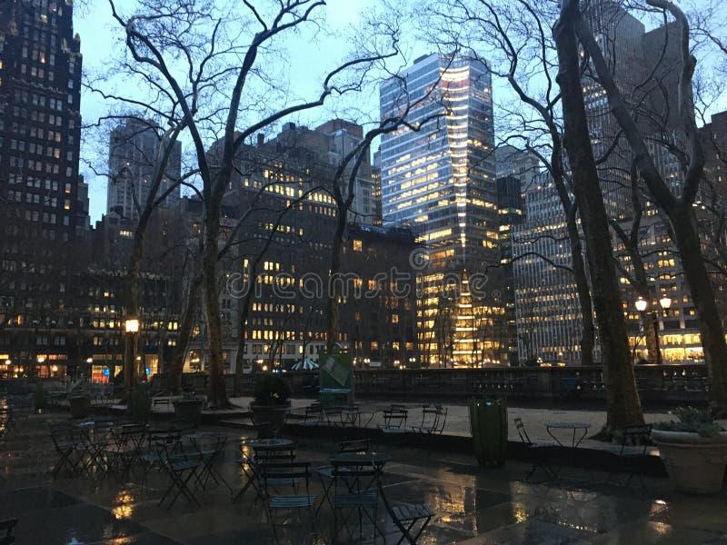 Заход солнца во время дождливого пасмурного дня весной в парке Bryant в Манхэттене, Нью-Йорке, NY стоковые фото
