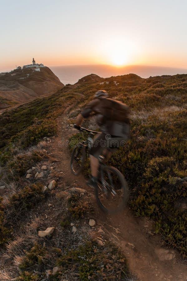 заход солнца всадника горы bike стоковое фото rf