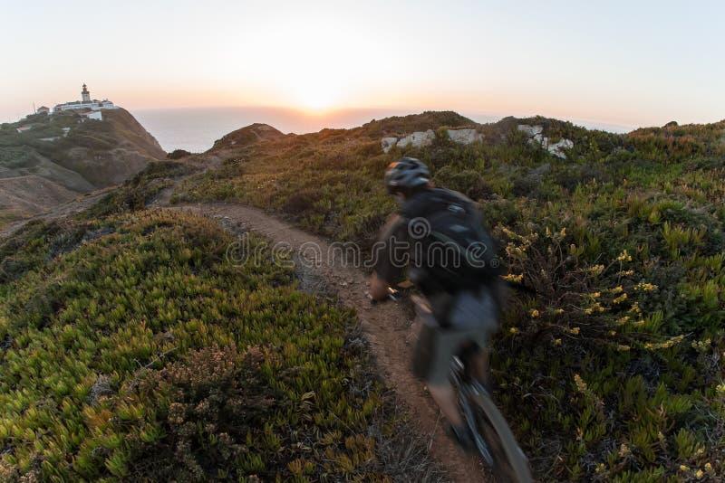 заход солнца всадника горы bike стоковые изображения rf