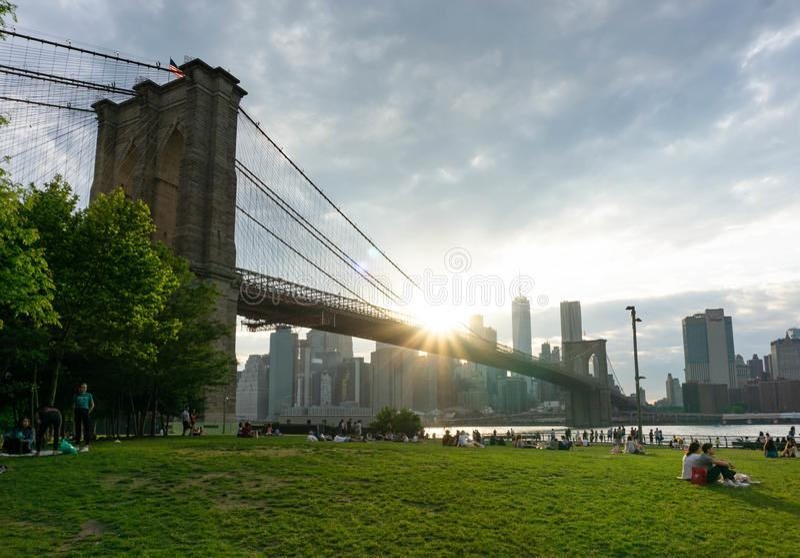 Заход солнца в Бруклинском мосте от парка парома стоковое изображение