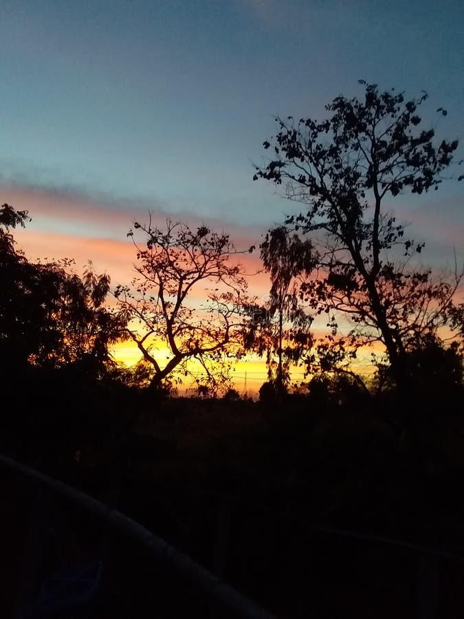 Заход солнца в вечере стоковые изображения
