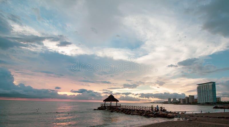 Заход солнца в голубом море стоковое фото rf