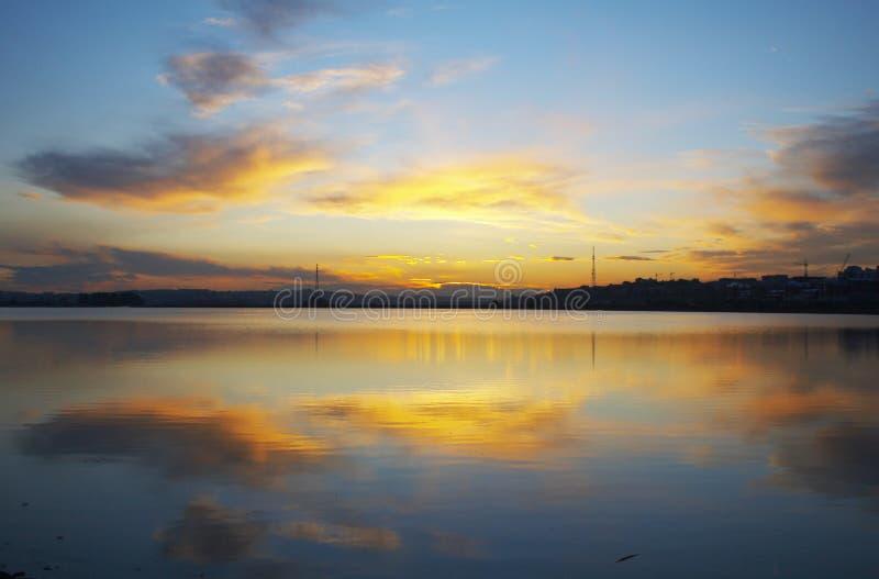 Заход солнца в городе стоковое фото rf
