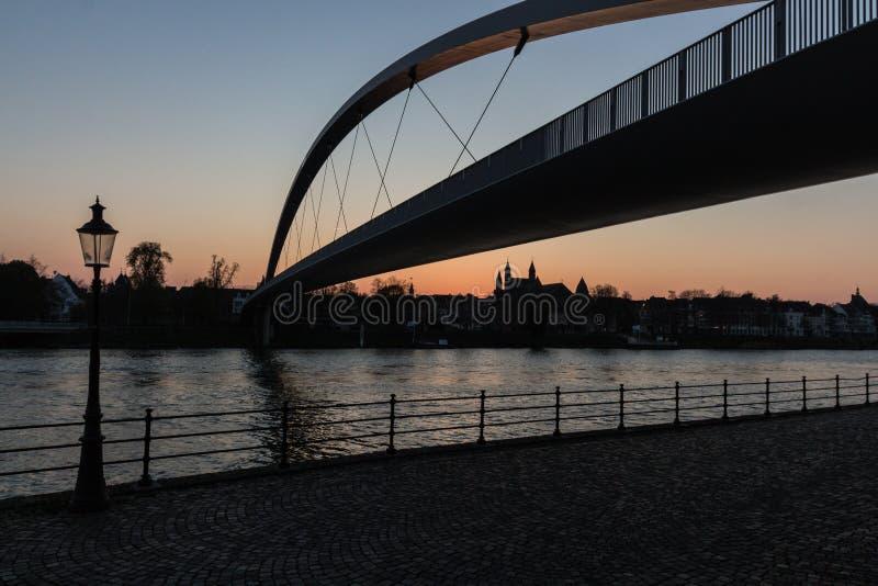 Заход солнца в городском Маастрихте увиденном от берега реки стоковое изображение rf