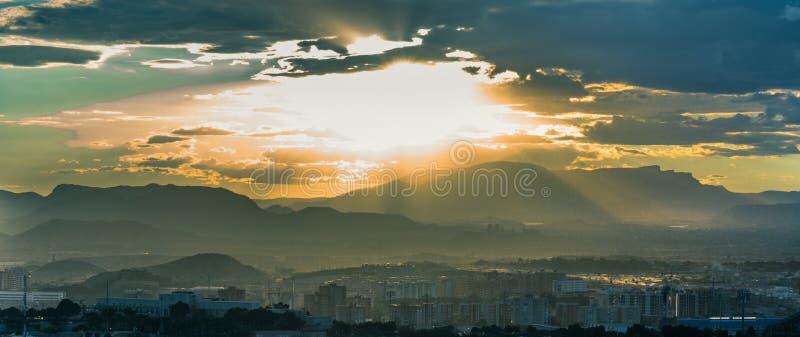 Заход солнца в Испании, ` s солнца излучает стоковые изображения rf