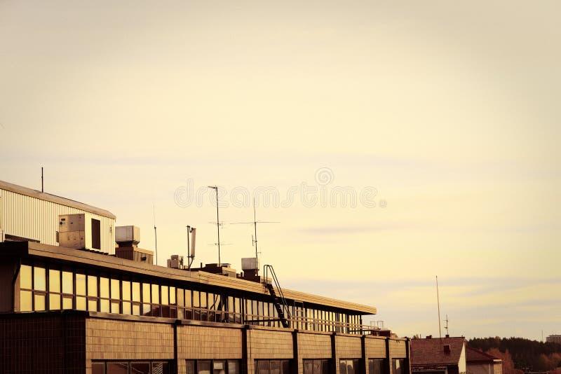 Заход солнца в крышах городка стоковое изображение