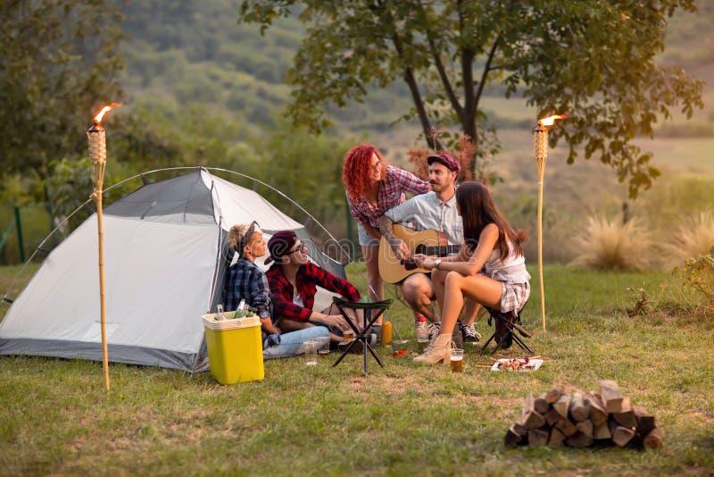 Заход солнца в лагере в природе стоковые изображения