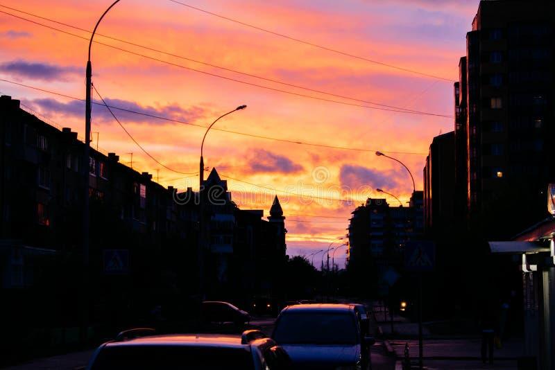 Заход солнца в маленьком городе стоковое изображение rf