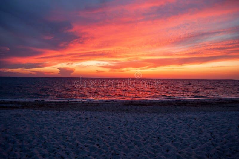 Заход солнца в море на пляже в Сардинии стоковые фотографии rf
