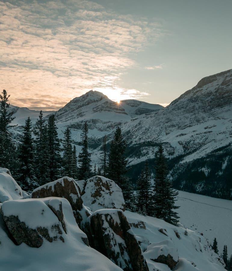 Заход солнца в национальном парке Yoho от пика Paget стоковое изображение rf