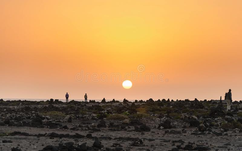 Заход солнца в пляже Фуэртевентуры в Канарских островах стоковое фото rf